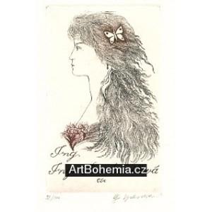 Dívka s motýlkem ve vlasech