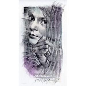 Dívčí tvář za drapérií