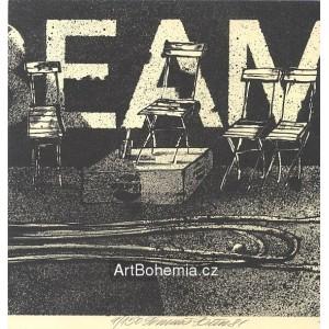 Čtyři židle, hadice a míček s reklamou BEAM